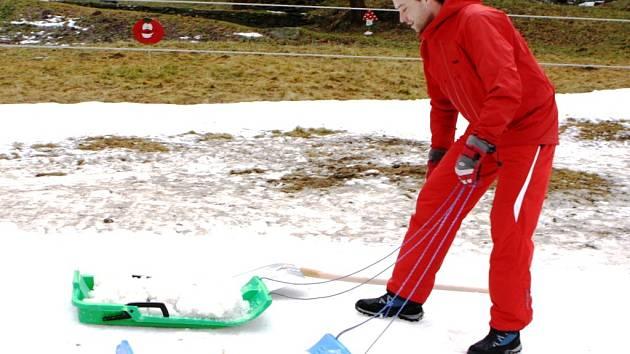 PŘENÁŠENÍ SNĚHU sem tam.  I to je nyní náplní práce lyžařských instruktorů na cvičné louce  ve Velké Úpě. Zasněžovat se nedá. Je příliš teplo.