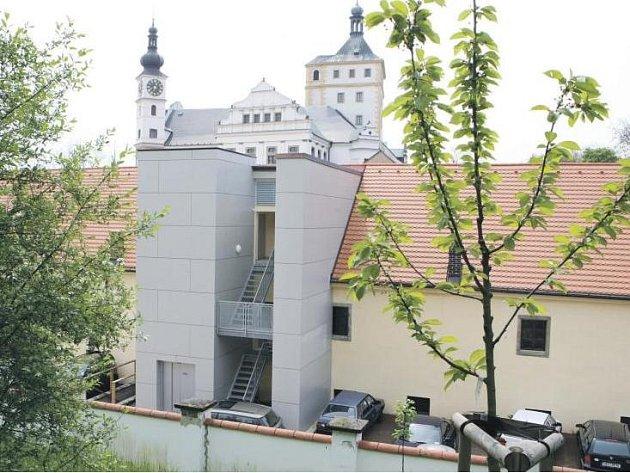 Pohled na moderní přístavbu zámku by měly skrýt stromy