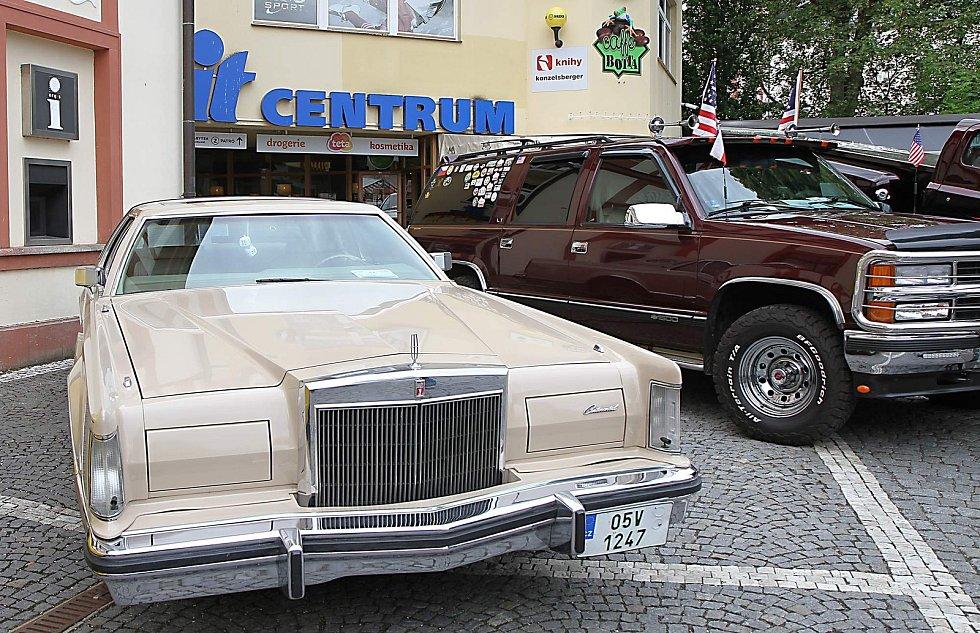 Sraz amerických vozidel a motocyklů ve Vrchlabí.