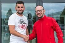 Fotbalista Volanova Tomáš Voňka (vlevo) převzal cenu za 1. místo v soutěži Pralesní fotbalové léto s Deníkem od šéfredaktora Krkonošského deníku Jana Brauna.