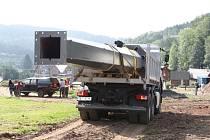 Poslední sloup v trase budované čtyřsedačkové lanovky Leitner s kapacitou 2400 osob za hodinu ve čtvrtek před polednem instalovali stavbaři v areálu SkiResortu Černá Hora - Pec v Černém Dole.