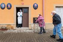 Do testování obyvatel v obcích na Trutnovsku se zapojili tento týden také hasiči. Ve čtvrtek vyrazili do Bílých Poličan.