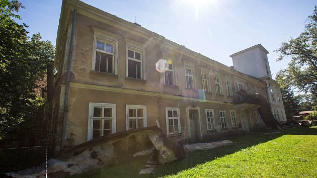 Vyhořelý zámek v Horním Maršově na Trutnovsku.