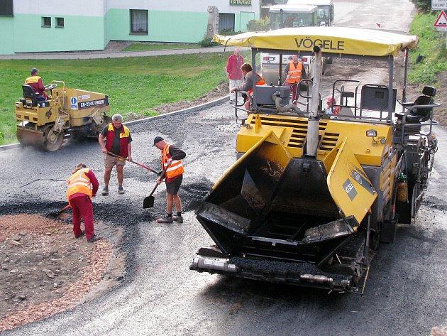 V TĚCHTO DNECH dochází k pokládce asfaltového povrchu a po víkendu bude křižovatka průjezdná. Nejen z Žacléře do Trutnova, ale i směrem do Prkenného Dolu.