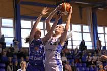 Basketbalistka Lokomotivy Trutnov Tereza Patočková bojuje pod košem o míč se strakonickou hráčkou Adélou Stiborovou.