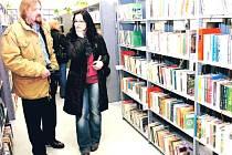 V NETRADICNÍ DATUM, 29. února byla slavnostne otevrena nová knihovna v Hostinném. Verejnost privítala 1. brezna, na pocátku mesíce knihy.