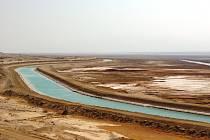Severní a jižní bazén Mrtvého moře spojuje dnes už jen kanál, sloužíci k vyrovnáváni hladiny.
