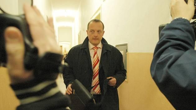 MÍSTOSTAROSTA JE VINEN. Představitel Dvora Králové Petr Mrázek odcházel od trutnovského soudu  s třicetitisícovou pokutou a zákazem řízení auta na tři roky.