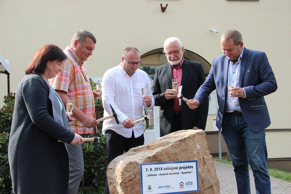 Ve Vítězné slavnostně zahájili stavbu chodníků, která protne dvě z nejvíce obydlené části obce.