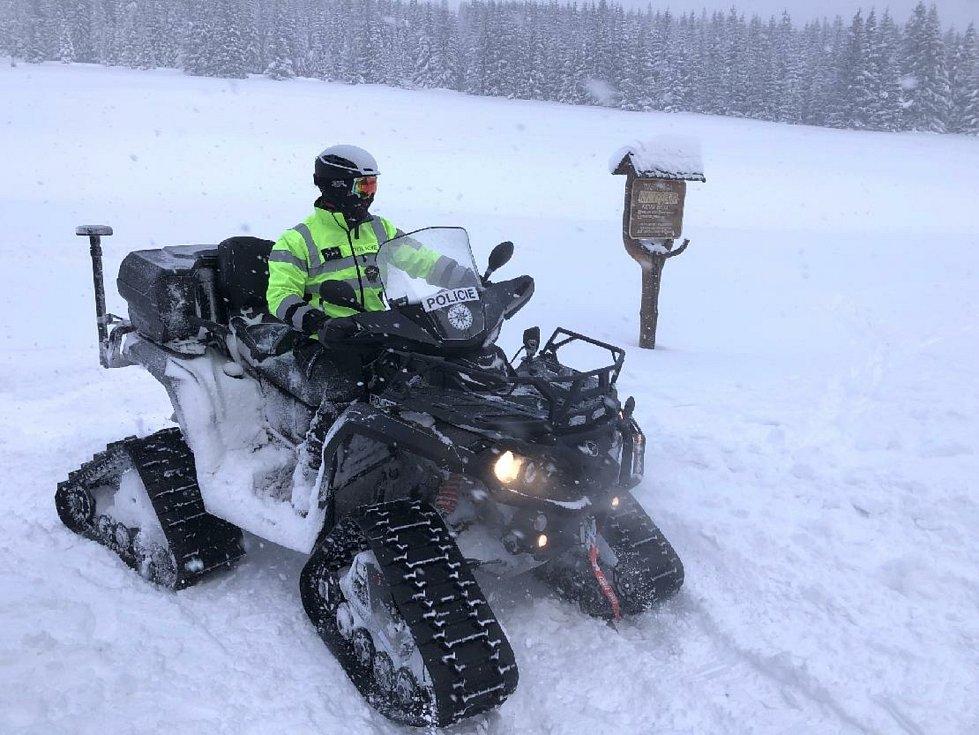 Policisté vyrážejí se strážci národního parku na společné hlídky na lyžích.