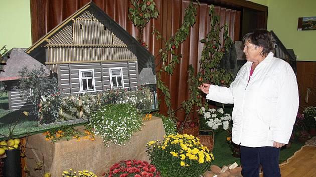 TŘEBIHOŠŤSKÉ CHALOUPKY na zvětšených fotografiích dekorovaly společně s dalšími ozdobnými prvky letošní výstavu ovoce, zeleniny a květin v Třebihošti.