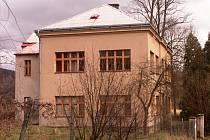 DŮM PŘÍRODY  Českého ráje má vzniknout z léta opuštěného objektu školy v Dolánkách u Turnova. Projekt je hotov, zastupitelé musejí ještě schválit jeho realizaci, 90 procent z třicetimilionových nákladů má Turnov hradit z peněz Evropské unie.