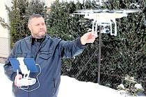 """DRON LADISLAVA VÁLKA má zabudovaný fotoaparát s dvanácti megapixely. """"A fotí do formátu raw, to je pro mě a další úpravu fotek důležité,"""" tetelí se majitel."""