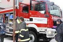CISTERNU si za hustého sněžení v sobotu prohlédli hasiči z okolí i obyvatelé.