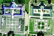 KUKS V NOVÉM HÁVU. Ještě v roce 2012 (snímek vlevo) byl Kuks historickou památkou, které padala omítka a celkově byla v dezolátním stavu. Po třech letech i nový letecký snímek ze serveru mapy.cz (vpravo) prozrazuje, jak velkou rekonstrukcí Hospital prošel