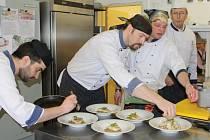 V kuchyni hotelu Horizont bylo o víkendu živo. Ochutnat menu přišli i šéfové. Ředitel hotelu Karel Rada a předseda představenstva společnosti Regata Čechy Ilja Šedivý.