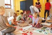 DĚTI PŘEDEVŠÍM. Spolek Mraveniště provozuje v Markoušovicích základní i mateřskou školu. Zakládá si na přirozeném rozvoji dětí, pobytu v přírodě a týmové spolupráci s rodinami.