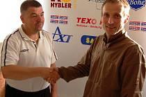 TRENÉR a sportovní manažer Miroslav Procházka a sportovní jednatel Jan Brett postupem do divize završili tříletou práci.