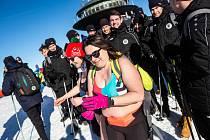 V sobotu se potkali na Sněžce polonazí otužilci z Polska, druholigoví fotbalisté Hradce Králové nebo horští nosiči.