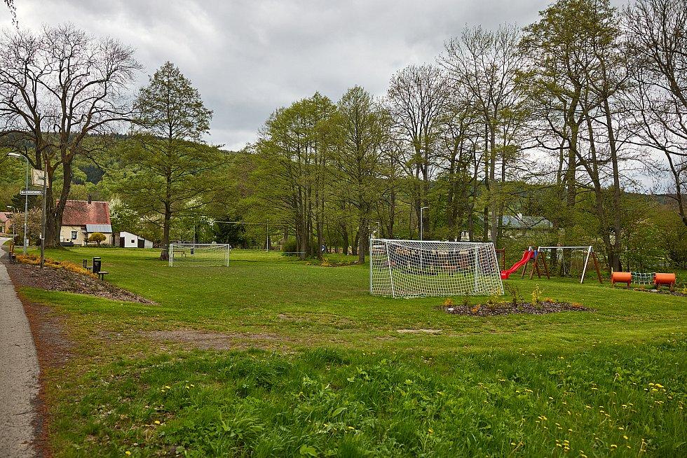 Žacléř obnovil hřiště v Bobru za jeden milion korun.