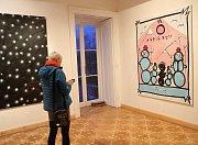 Vrchlabí – Galerie Morzin ve Vrchlabí představuje novou výstavu autora Václava Girsy Pod modrou oblohou. Jde o jednu z výrazných osobností mladě české malby. Expresivní přístup k tvorbě se u malíře uplatňuje v různých polohách a vytváří velmi originální a