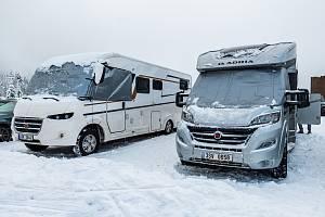 Parkoviště v Malé Úpě zaplnily karavany. V zimě tam však můžou parkovat mimořádně jen v současné době, kdy jsou uzavřené hotely a penziony.