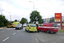 Automobil srazil na přechodu pro chodce matku s dítětem