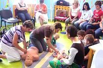 BĚHEM čtvrtečních seminářů maminky nacvičovaly například první pomoc.