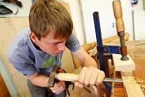Učni si museli poradit s dřevěným hlavolamem i papírovou krabicí