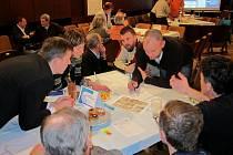 PROBLÉMOVÉ DESATERO. Na fóru Zdravého města bylo přítomno 73 účastníků. Nad tématy probíhala ohnivá diskuze.