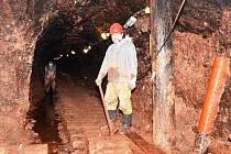 PŘEBUDOVÁNÍ CHODNÍKU V PODZEMÍ Stachelbergu znamená spoustu práce v bahně.