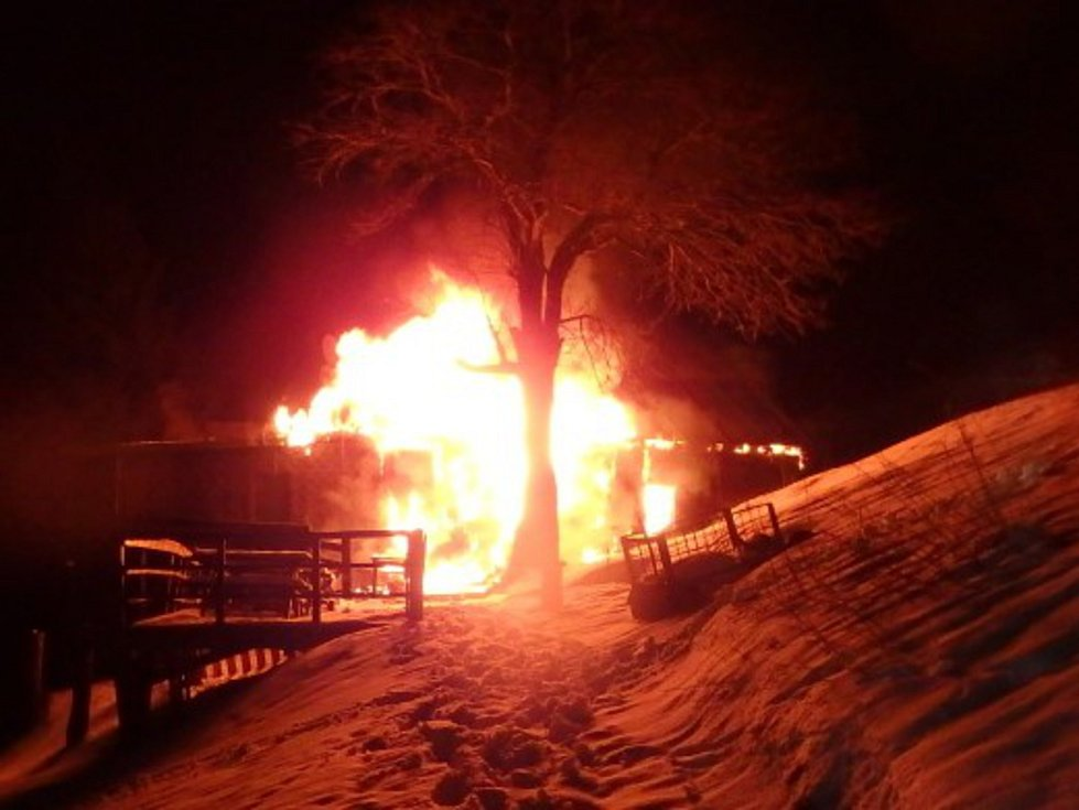 Rozsáhlý požár zničil v neděli večer školní horskou chatu Bažina v Peci pod Sněžkou u sjezdovky Javor, která patří ZŠ kpt. Jaroše Trutnov