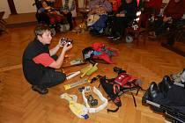 Vozíčkáři už slavili Vánoce a besedovali se záchranářem.