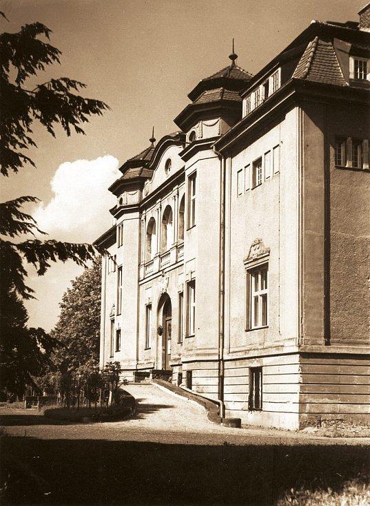 Vila továrníka Neumanna byla postavena vroce 1905 a po druhé světové válce sloužila jako sídlo městského a textilního muzea. Později zde bylo zřízeno ředitelství zoo. Nyní se zde nachází rovněž galerie obrazů Zdeňka Buriana.