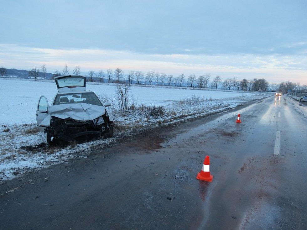 Čelní střet dvou aut skončil lehkým zraněním.