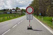 Oprava propustků mezi Výšinkou a Kocbeřemi si vyžádala o víkendu úplnou uzavírku na silnici z Trutnova do Hradce Králové.