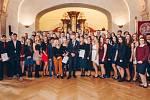 Veronika Scholzeová převzala zlatý certifikát Mezinárodní ceny vévody z Edinburghu od britského velvyslance Nicka Archera.