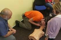 Úředníci si vyzkoušeli, jak oživovat pacienta.