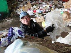 PAVEL DOHNAL je jedním z pracovníků, kteří v Úpici obsluhují lis na zpracovávání plastového odpadu.
