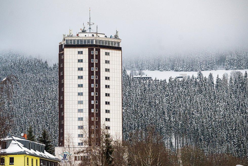 Lidé vyrazili o víkendu na hory užít si sněhovou nadílku, přijeli také do Pece pod Sněžkou.