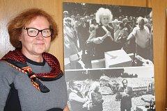 Ředitelka Jana Marešová, které letos končí šestiletý mandát, u snímků Olgy Havlové od Bohdana Holomíčka při výstavbě obchodní akademie v Janských Lázních.