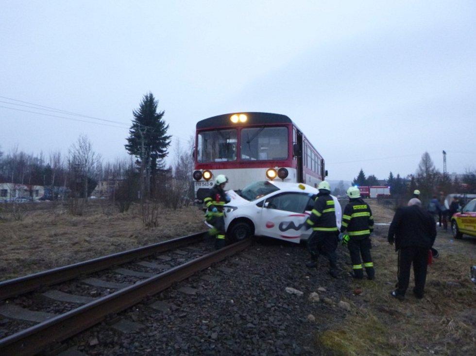 Střet vlaku s autem.