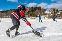 Lidé v Trutnově vyrazili bruslit na zamrzlý rybník Dolce.
