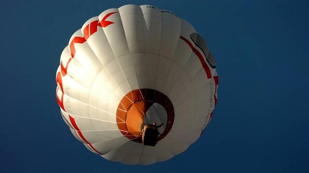Z Krakonošova náměstí vzlétl horkovzdušný balon