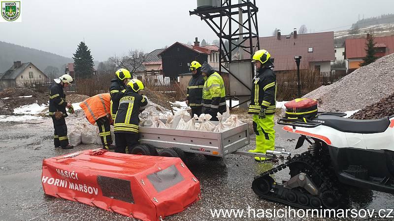 Hasiči v Horním Maršově instalovali v neděli v obci protipovodňové zábrany.