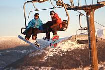 NA LYŽE I SNOWBOARD můžete stále vyrazit do několika krkonošských středisek. O víkendu uzavírají sezonu v Herlíkovicích a Vítkovicích, kde pořádají Příjezd Krakonoše.