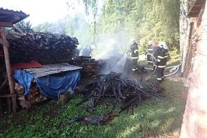 Požár palivového dřeva způsobila nedbalost.