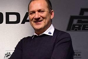 KE SVÝM SVĚŘENCŮM bude trenér Václav Baďouček ve Vrchlabí promlouvat druhou sezonu v řadě. Loni dotáhl tým k vítězství v základní části. V play off horalé skončili na Sokolovu.