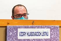 Starosta Dvora Králové nad Labem Jan Jarolím volil v pátek odpoledne v učebně základní školy 5. května.