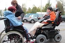 POMOCI VOZÍČKÁŘŮM. Spolek Královédvorská Arnika se věnuje lidem s roztroušenou sklerózou.